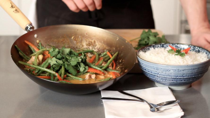 Rode curry met kip of garnalen maken