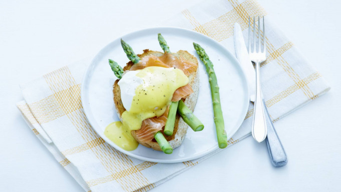 how to cook eggs benedict video