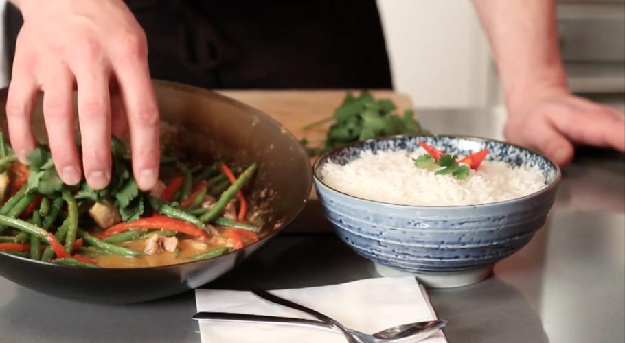Rode curry met kip en boontjes maken
