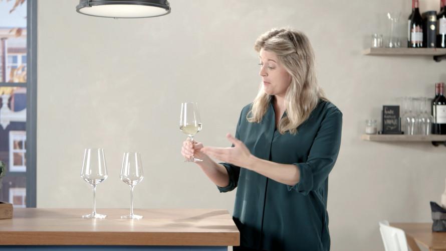 Hoe houd je een wijnglas vast?