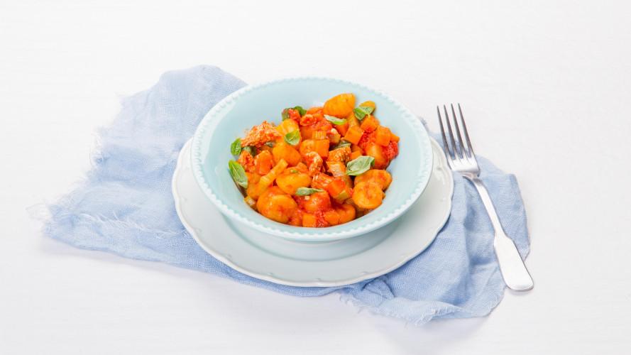 Gebakken gnocchi met tomatensaus en kalkoen