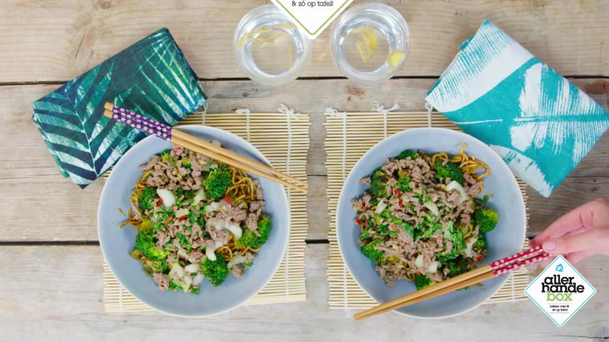 Hoisinnoedels met pittig gehakt en groene groenten