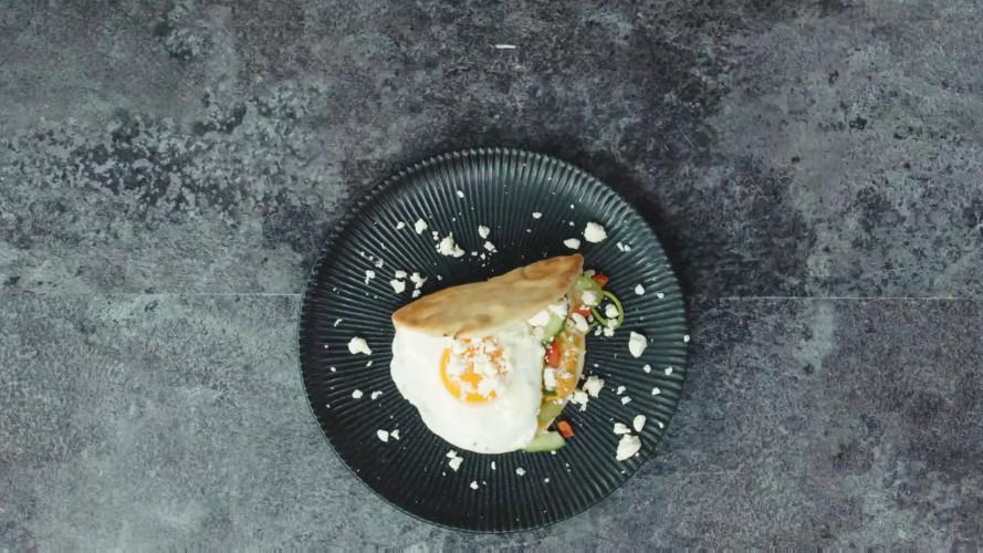 Gevulde flatbreads met hummus, witte kaas en ei