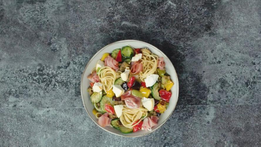 Spaghetti met geroosterde groenten, ricotta en rauwe ham
