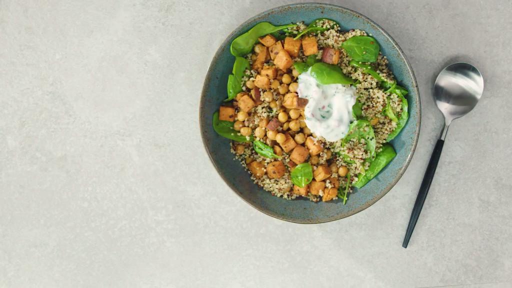 Kikkererwtenbowl met zoete aardappel, quinoa en spinazie