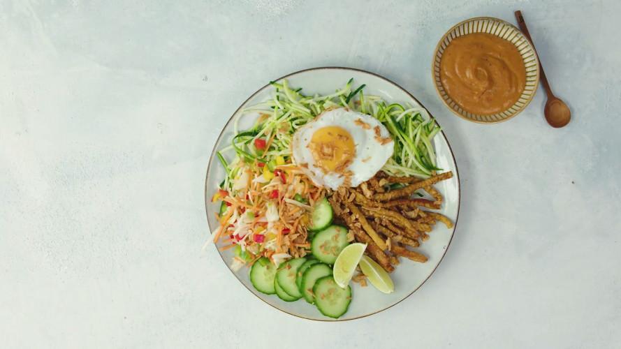 Gadogado van courgettespaghetti, krokante tempeh & een eitje