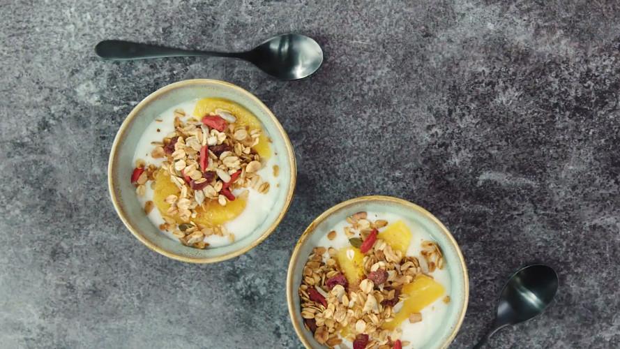 Snelle pangranola met yoghurt & sinaasappelpartjes