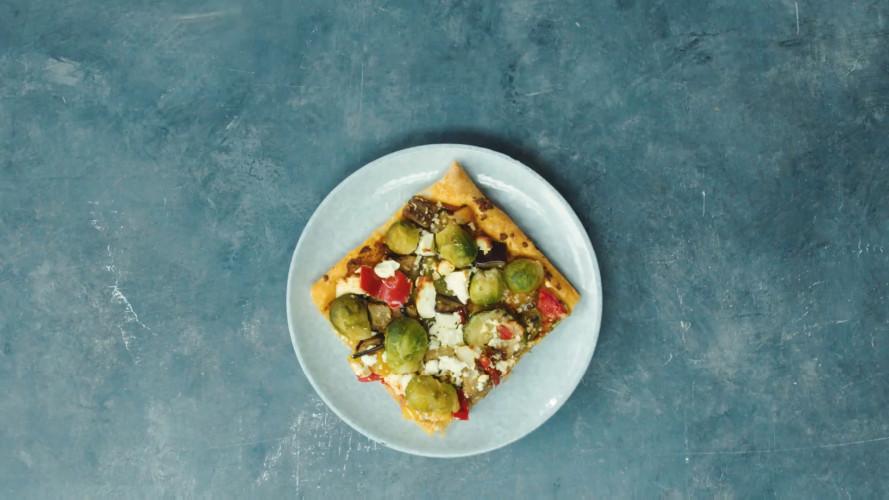 Plaattaart met gegrilde groenten en witte kaas