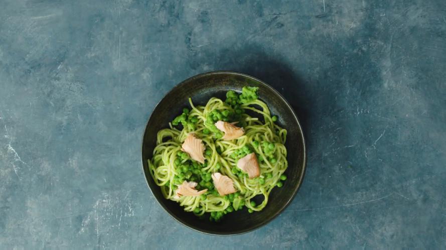 Romige spaghetti met doperwten en zalm
