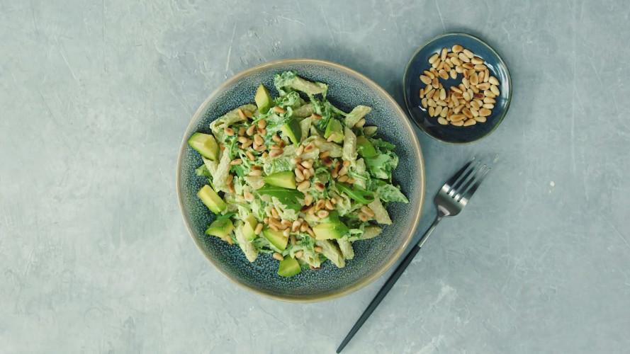 Pastasalade met cottagecheese, avocado en pijnboompitten