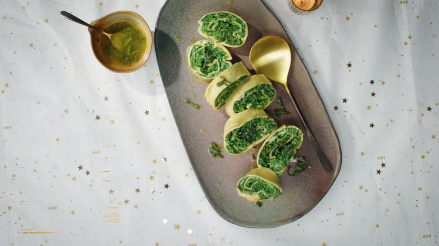 Rotolo met spinazie, gorgonzola en salie-botersaus