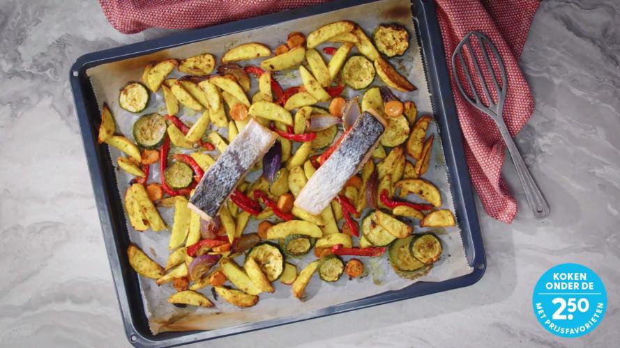 Traybake met zalm, aardappel en rode ui