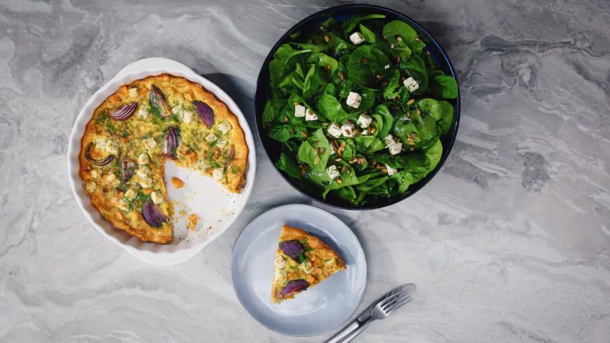 Frittata met zoete aardappel, witte kaas en spinaziesalade
