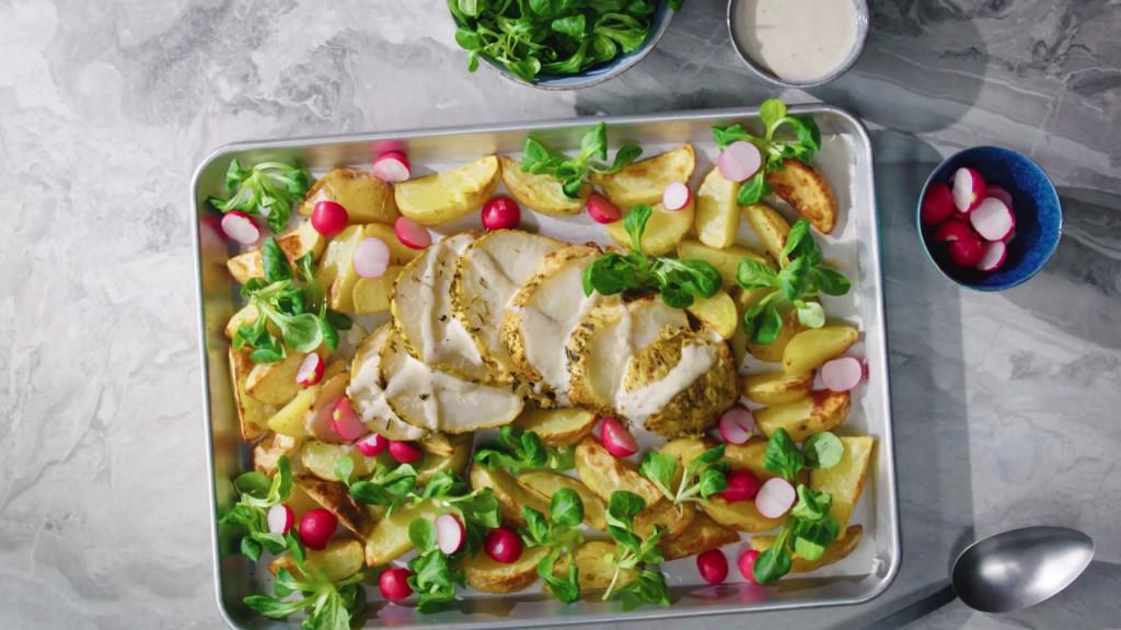 Gepofte knolselderij met geroosterde aardappelen en sla