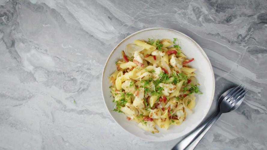 Pasta met bloemkool, gesmoorde ui en spekjes