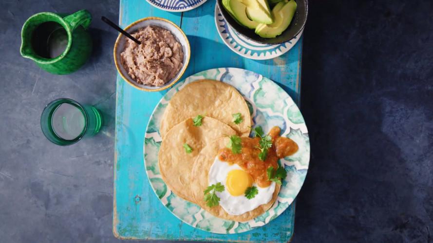 Huevos rancheros met refried beans