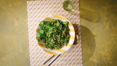 Tabouleh is een frisse, sappige platte-peterseliesalade, die je het beste kunt maken in het voorjaar, met jonge peterselie. Kijk en kook mee met de kookvideo.