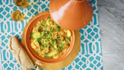 Deze tajine van kip met gekonfijte citroen dankt zijn bijzondere smaak aan (je raadt het al) de gekonfijte citroen. Kijk en kook mee met de kookvideo.