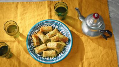 Baklava is een verzamelnaam voor allerlei soorten zoet gebak, gemaakt met flinterdunne laagjes deeg en een vulling van (meestal) honing en gehakte noten. Kijk en bak mee met de kookvideo.