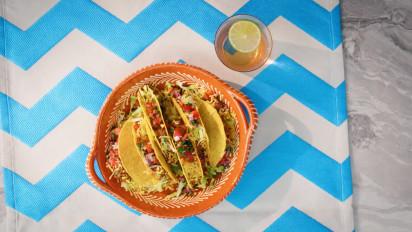 Deze American style taco's zijn geïnspireerd op de Mexicaanse 'tacos dorados' en rijkelijk gevuld met rundergehakt, sla, geraspte kaas en een salsa van tomaat. Kijk en kook mee met de kookvideo.