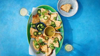 Quesadilla's, dat letterlijk iets als 'kaasdingetjes' betekent, is een van de meest bekende soorten streetfood van Mexico. Mais-tortilla's gevuld met kaas. Kijk en kook mee met de kookvideo.