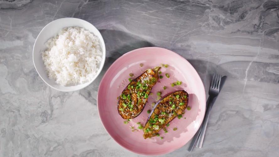 Geroosterde aubergine met miso en rijst