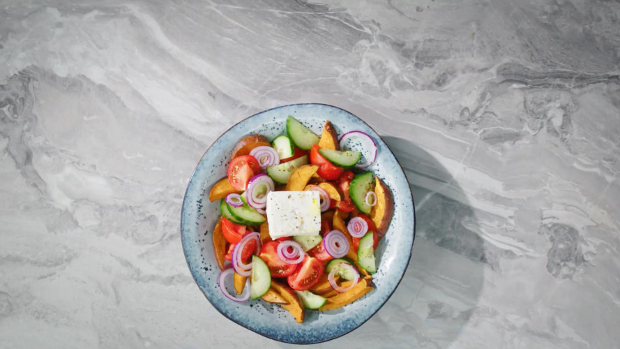 Griekse salade met zoete aardappel