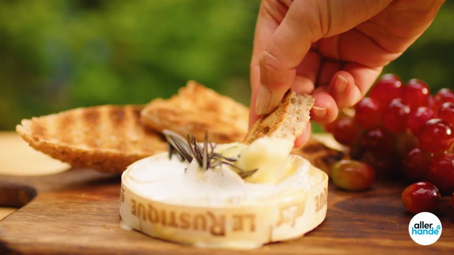 Camembert met druiven van de BBQ