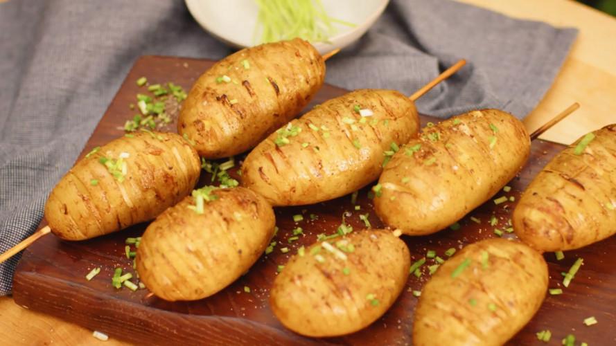 Hasselback aardappelspies van de BBQ
